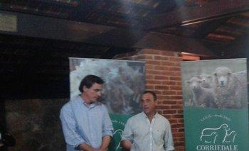 Juan Echeverría, expresidente de Corriedale, y Fernando Sosa Díaz, de La Quebrada, Cabaña del Año<br>