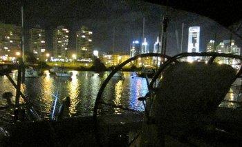 El timón del Bonifacio y el puerto del Buceo a medianoche