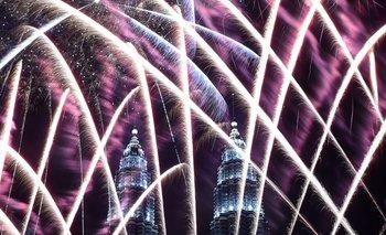 Fuegos artificiales en las torres Petronas de Malasia.