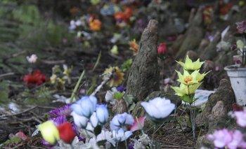 Cientos de flores artificiales rememoran los restos esparcidos junto a una lago en el Cementerio Norte.