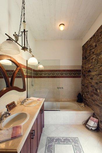 En los baños se mantuvieron los detalles de piedra en las paredes