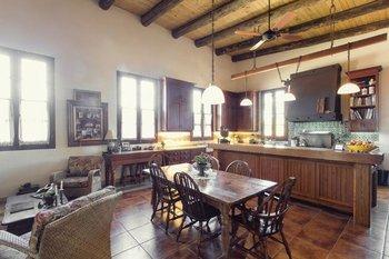 El mobiliario de la cocina fue realizado en cedriño