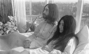 John Lennon y Yoko Ono durante su protesta <i>Bed In for Peace </i>en Ámsterdam<br>