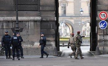 Policía francesa y soldados frente al museo del Louvre, uno de los más concurridos del mundo, que fue atacado hoy por un hombre armado con un machete.