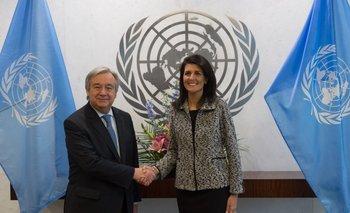 El Secretario General de ONU, Antonio Guterres, saluda a Nikki Haley, nueva embajadora de Estados Unidos ante la ONU
