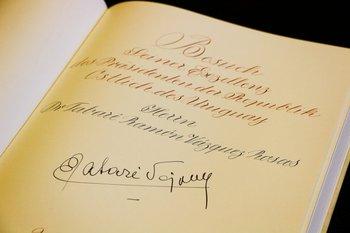Miércoles 8. El presidente Tabaré Vázquez firmó el libro de visitantes en un evento en Alemania.