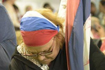 <p>Domingo 5. Una militante frenteamplista espera el comienzo de un acto que se realizó en Colonia.</p>