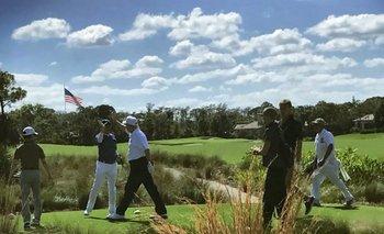 Trump, el tercero desde la izquierda, choca su mano con Abe (segundo desde la izquierda) durante un partido de golf en el resort de Mar a Lago, propiedad del ahora presidente.