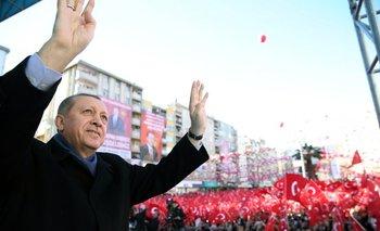 <div>El presidente turco, Recep Tayyip Erdogan, saluda a la audiencia durante una manifestación</div>
