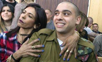 Elor Azaria disparó a un palestino que estaba herido en marzo de 2016. Aquí, con su madre Oshra.