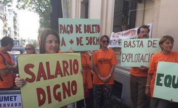 Los trabajadores protestaron con pancartas