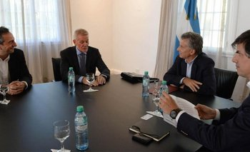 Dirk Donath de L Catterton y Francisco de Narváez junto a Mauricio Macri durante el anuncio de la inversión<br>