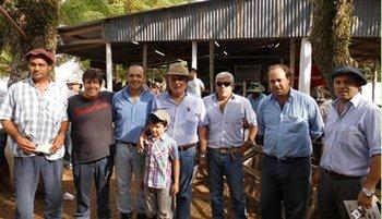 Integrantes de las cabañas con el rematador Darío Marrero<br>