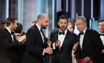 El productor de La La Land Jordan Horowitz con la estatuilla en la mano, el presentador Jimmy Kimmel y el actor Warren Beaty