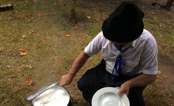 Después del almuerzo, arroz con leche como postre en el fogón de La Pampa.