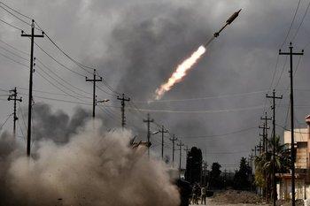 Fotografía de archivo: las fuerzas del gobierno iraquí disparan un cohete hacia las posiciones del estado islámico en Irak