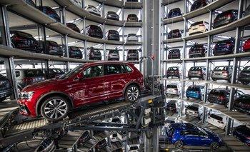 Los autos Volkswagen se ven en la torre de la instalación de almacenamiento de la compañía en Alemania