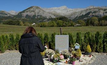 Un familiar frente un homenaje a las víctimas de la tragedia de Germanwings en el pueblo de Le Vernet, Alpes franceses