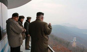 Kim Jong-un inspecciona una lanzadera de satélites en Corea del Norte. Foto enviada por el servicio de noticias norcoreano, sin fecha expecificada, el 19 de marzo.