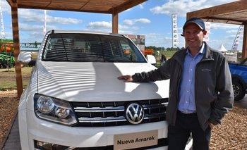 Ángel Garibotto, encargado del salón de ventas de Julio César Lestido SA, con la nueva Amarok