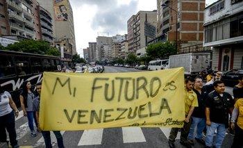 Activistas opositores de Venezuela marchan en las calles de Caracas en contra del golpe de Estado.