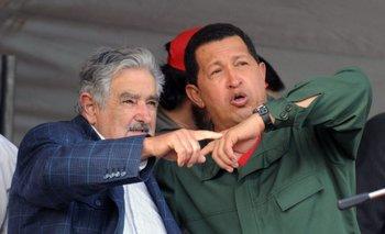El expresidente José Mujica y el exmandatario venezolano Hugo Chávez durante la inauguración de Envidrio en 2009