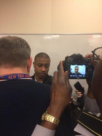 Isaiah Thomas, la figura de Boston, habla con la prensa tras el partido.