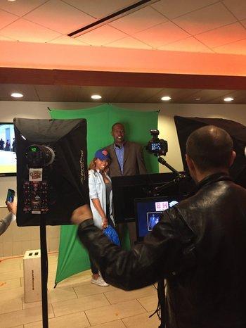 En el entretiempo, los hinchas podían sacarse fotos con Herb Williams, integrante de las últimas glorias de los Knicks: los campeones de conferencia de 1999.