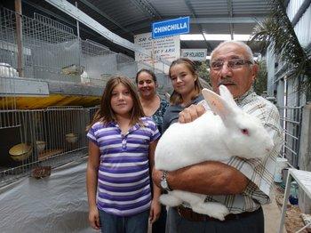 Experientes y jóvenes amantes de la cunicultura presentes en el Galpón de Conejos.<br>