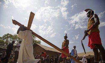 <div>Un actor , interpretando a Jesús, leva la cruz durante la procesión del Viernes Santo en Sudán del Sur.</div>