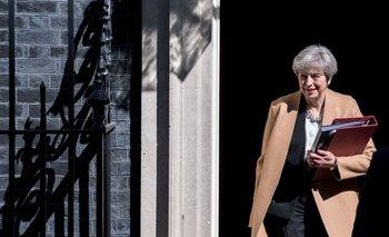 La primera ministra británica Theresa May cuando salió de 10 Downing Street este miércoles, día que el Parlamento que aprobó su pedido de elecciones anticipadas
