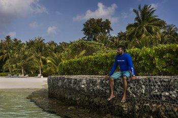 El biólogo marino Mohamed Shahid supervisa proyectos de protección costera del Holiday Inn Resort