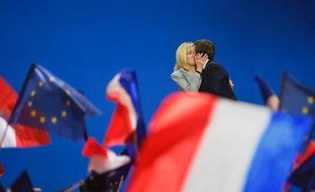 Macron besa a su mujer Brigitte Trogneux ayer, en el Parque de Exposiciones de París. <p></p>