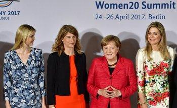 <p>Ivanka Trump, Angela Merkel y la reina Máxima de Holanda posan durante la cumbre de mujeres, Alemania.</p><p></p>