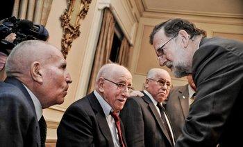 Martes 25. El presidente del gobierno de España, Mariano Rajoy, conversa con españoles residentes en Uruguay