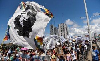 Miembros de la zona de Tupac Amaru y otras organizaciones bloquean el puente Pueyrredón en Buenos Aires, en el marco de una protesta por el arresto de Milagro Sala.