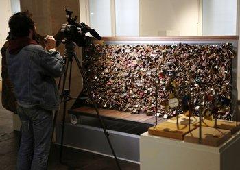 Son miles los candados que los visitantes siguen aún depositando en rejas y puentes de París<br>