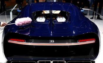 Un miembro del personal de Volkswagen limpia un Bugatti Chiron durante la reunión anual de los accionistas en Alemania.
