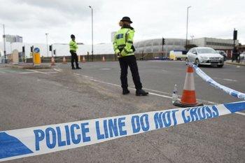Un cordón policial rodea el estadio Manchester Arena luego del atentado.