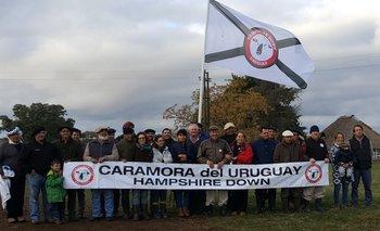 <p>Los participantes de la Gira Hampshire Down con la bandera de la raza</p>