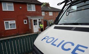 Una camioneta de la policía a las puertas de una zona residencial en Fallowfield, Manchester, donde se siguen investigando las conexiones de Salman Abedi con una red de terroristas.