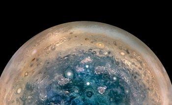 El polo sur de Júpiter visto por la nave espacial Juno de la NASA desde una altitud de 32.000 millas