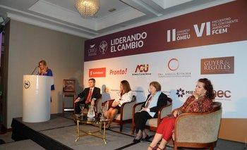 Elena Tejeira durante su discurso en la apertura del congreso de Omeu, junto al director de la OPP, Álvaro García y directivas de organizaciones nacional y regionales de mujeres empresarias <br>