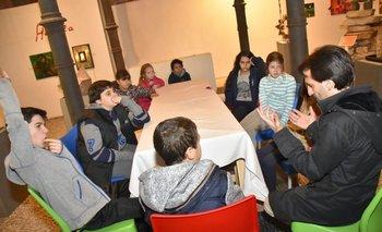Una reunión del Consejo de Niños del MAPI antes de que llegaran las galletitas y la leche chocolatada