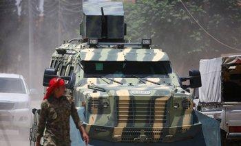 Un vehículo de la alianza entre soldados árabes y kurdos se mueve por el oeste de Raqa, ayer. El grupo ya controla dos distritos de la ciudad.