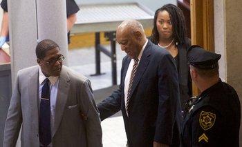 Bill Cosby llega para el tercer dia de deliberaciones.