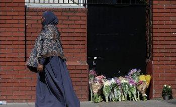 Ofrendas florales a la entrada de la mezquita de Finsbury Park