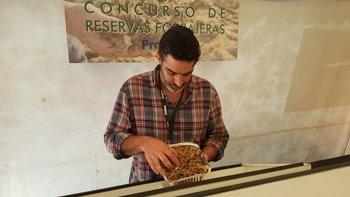 Gastón Moroni exhibe una de las muestras ganadoras en el concurso.