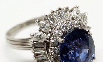 Un anillo de oro de 18 quilates y oro gris con zafiro de 8 quilates y brillantes