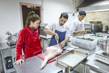 Lucía Soria supervisando la cocina de Jacinto.<br>